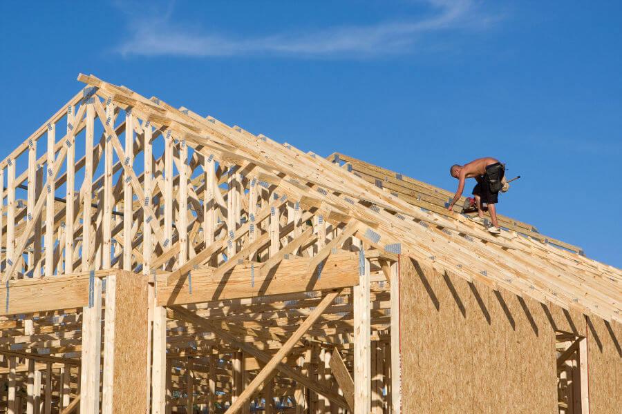 Montaje de estructura de madera para tejado con clavadora neumática