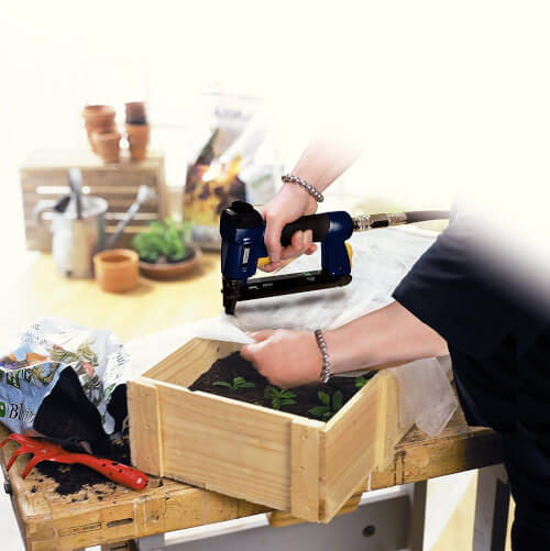 Grapar malla antiheladas en bancal para huerto hurbano
