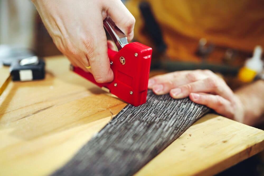 Herramientas para tapizar el asiento de una silla grapadora, cinta métrica