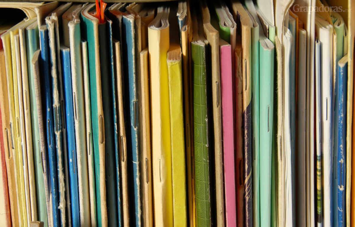 Cuadernillos y libretas grapados con una grapadora larga